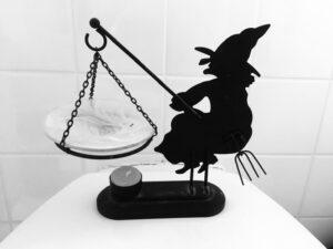 Hexe in schwarzweiß